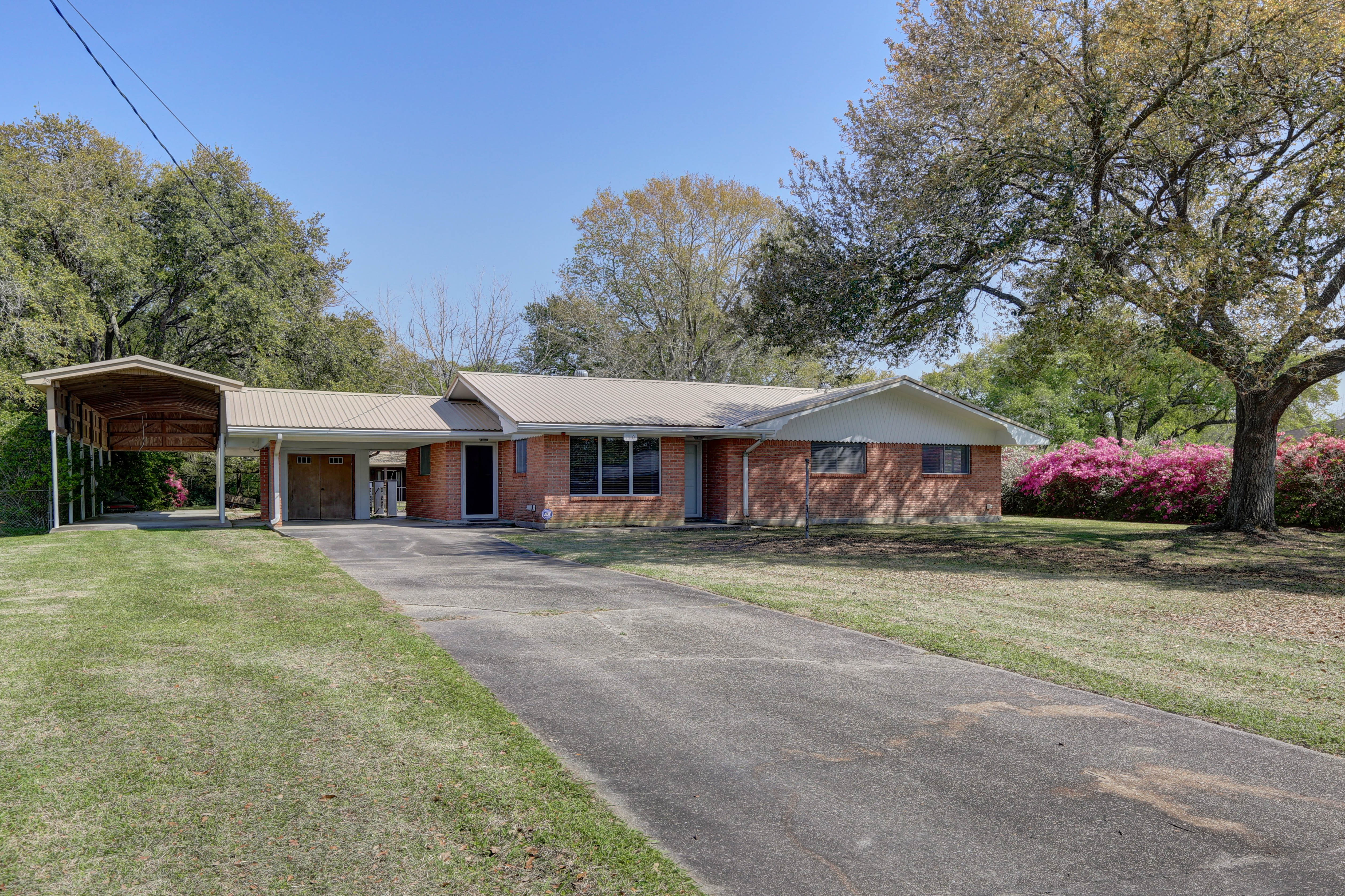 110 Canal Dr., New Iberia